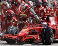 Räikkönen srazil mechanika v boxech
